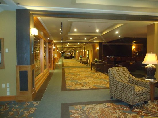 Banff Park Lodge Resort and Conference Centre: Lobby and to the right the long
