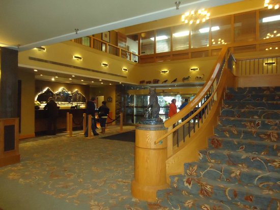 Banff Park Lodge Resort and Conference Centre: Lobby and staircase to second floor Chinook Restaurant