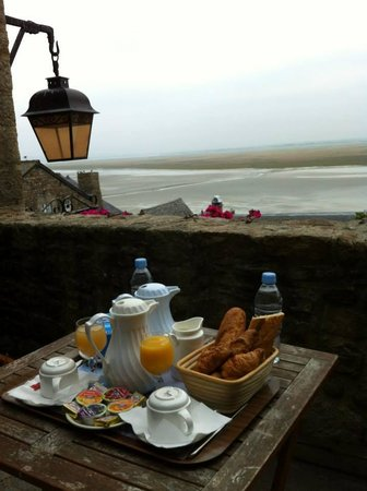 Auberge Saint Pierre: Breakfast during tide change