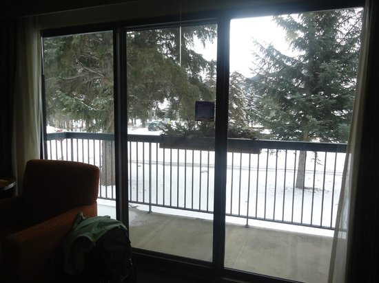 Banff Park Lodge Resort and Conference Centre: View of street from large windows outside....very quiet