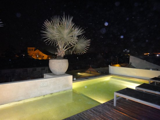 Hotel Casa Lola: piscina à noite