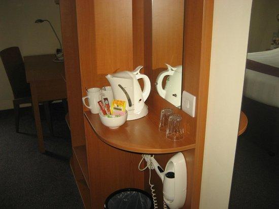 Premier Inn Belfast City Cathedral Quarter Hotel: Coffee station