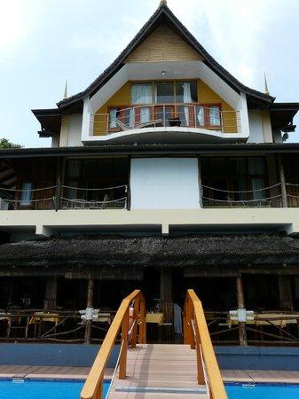 Patatran Village Hotel: salle à manger et piscine