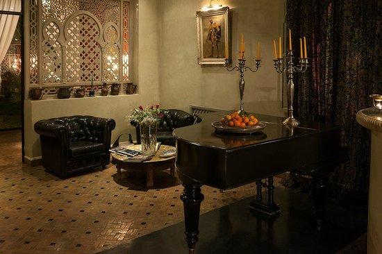 El Miria Palais Riad: Côté salon, coin lecture face à la cheminée