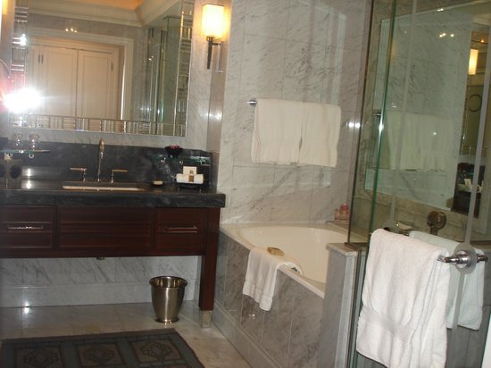 Four Seasons Istanbul at the Bosphorus: A five stars salle de bain at Room 2411 at the Four Seasons Hotel Istanbul at the Bosphorus