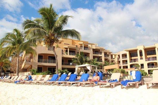 Residences El Faro : Sandy beach in front of condo