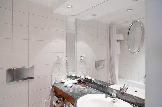 Hotel Basel: Bathroom