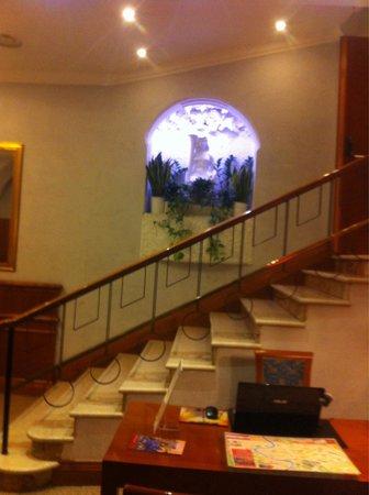 Hotel Raffaello: Не забудьте взять карту с этого столика.