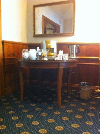 Hotel Raffaello: Хол с бесплатным чаем и кофе.