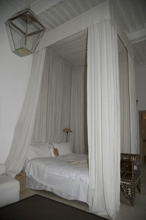 Dar Seven: the beautiful four poster bed