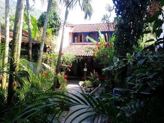 Pousada Tropicana: Front Garden/Rooms