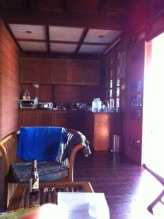Sari Village Holiday Homes : living area looking into the kitchen. Kitchen is not equipped to cook even with the electric coo