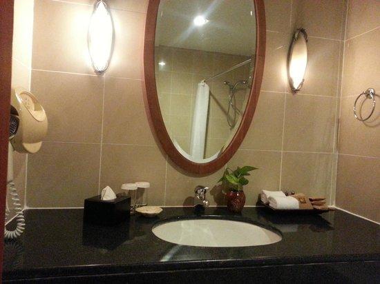 Himawari Hotel Apartments: spacious bathroom