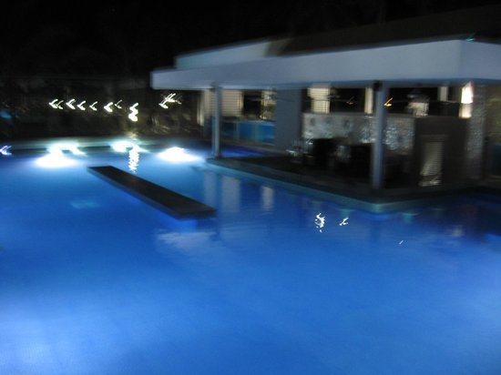 Hotel Riu Palace Macao: bar de la pileta a la noche