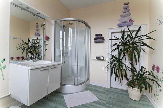 Comme a la Maison : La salle de bain de la chambre moderne