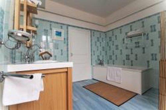 Comme a la Maison : salle de bain de la suite Parentale