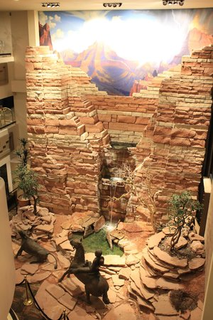 Best Western Premier Grand Canyon Squire Inn : waterfall wall in lobby area