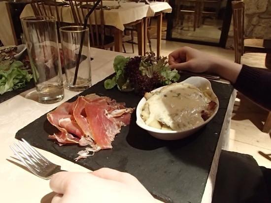 Restaurant Hotel Le Morillon : traditional fayre.