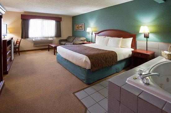 AmericInn Hotel & Suites Chippewa Falls: Americ Inn Chippewa Falls King Whirlpool With Sofa
