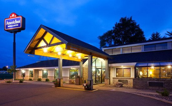 AmericInn Hotel & Suites Chippewa Falls: Americ Inn Chippewa Falls Exterior Night