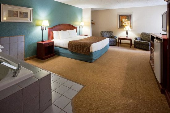 AmericInn Hotel & Suites Chippewa Falls: Americ Inn Chippewa Falls King Whirlpool