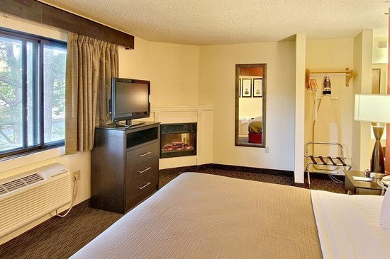 AmericInn Traverse City: Delux Suite