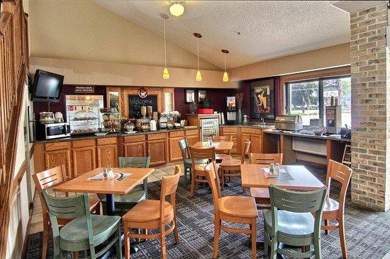 AmericInn Traverse City: Breakfast Area