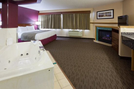 AmericInn Hotel & Suites Duluth South — Black Woods Convention Center: Americ Inn Duluth South Room Whirlpool Suite
