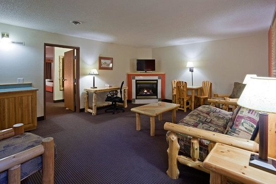 AmericInn Lodge & Suites Pequot Lakes: Queen Room Whirlpool Fireplace Suite