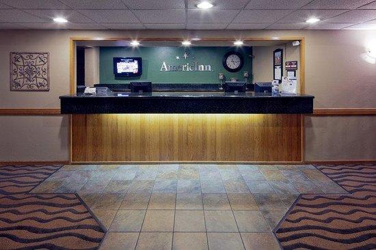 AmericInn Hotel & Suites Hartford: Front Desk