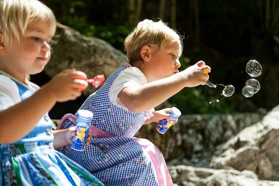 Pension Hupfmuhle: spielende Kinder am Bach