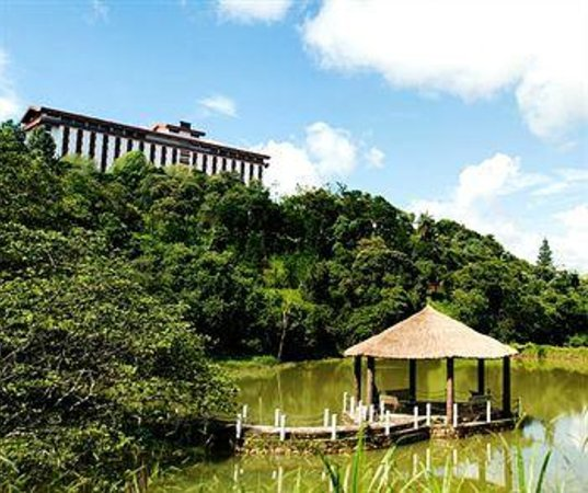 Vacance Hotel : lagoa com trilha para caminhadas e muito verde !