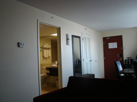Holiday Inn Express Hotel & Suites Montreal Airport : Bathroom door