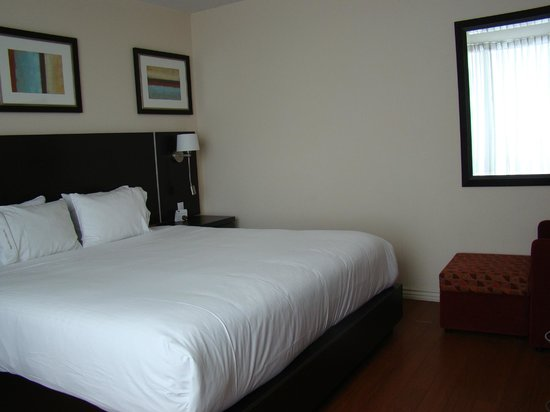 Holiday Inn Express Hotel & Suites Montreal Airport : Bedroom