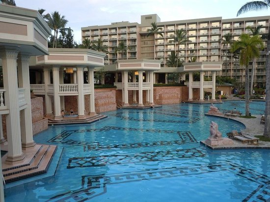 Kaua'i Marriott Resort : Pool and spa.  Under each pillar area is a spa.
