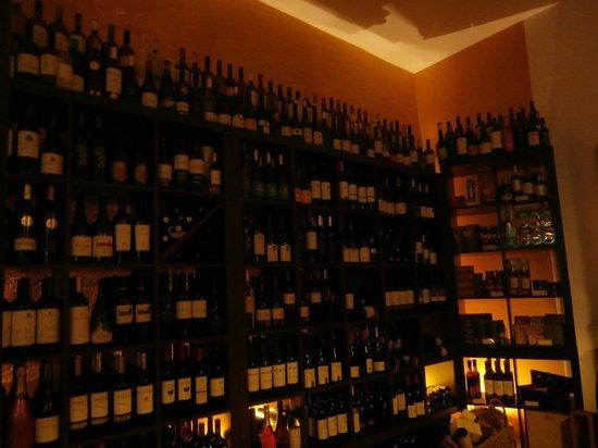 Reserva Bar: En imponerande vinhylla på Tapas bar.