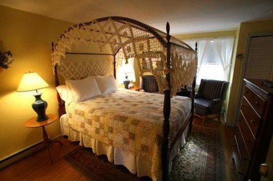 Seven Sea Street Inn: Guest House Queen Canopy