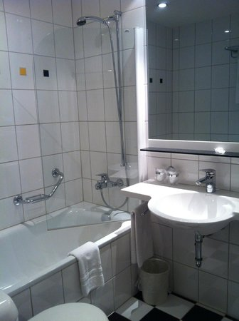 Metropol Hotel Basel : Bathroom