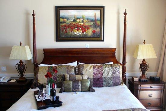 Henderson Park Inn: King bed.