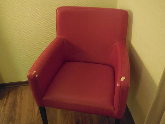 Leonardo Beach Tel Aviv Hotel : Damaged chair