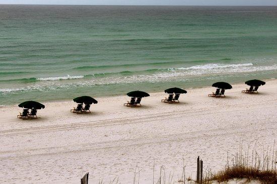 Henderson Park Inn: Beach chairs and umbrellas.