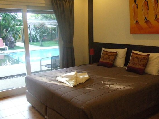 Phuket Airport Hotel: Easy access to the pool