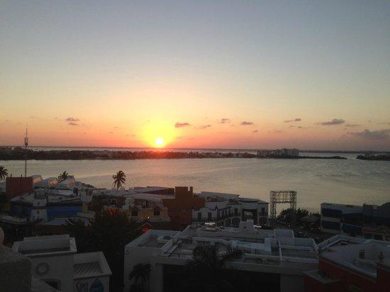 Hyatt Zilara Cancun : Puesta del sol vista desde el pasillo de la habitacion lado contrario al oceano