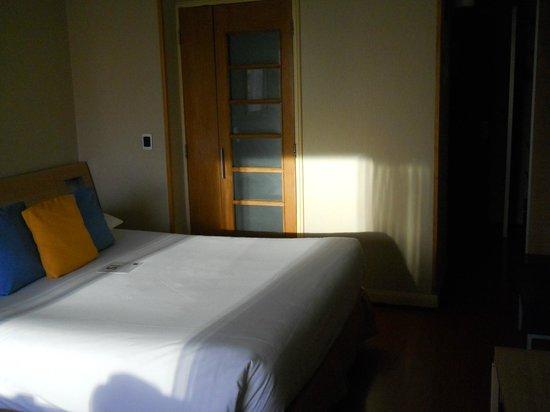 Novotel Santiago Vitacura : Room with door to shower area