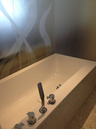Hotel Mont-Blanc: big bathtub