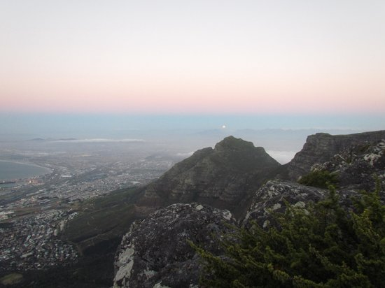 Montagne de la Table : Table Mountain is the best place to view a full moon rise. In February, Sunset and Moon Rise are