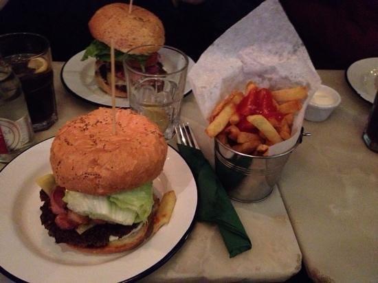Bobos Burgers Restaurant: Bacon Cheese Burger!