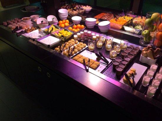 Campanile Nantes Centre - Saint Jacques : Buffet des desserts au restaurant.