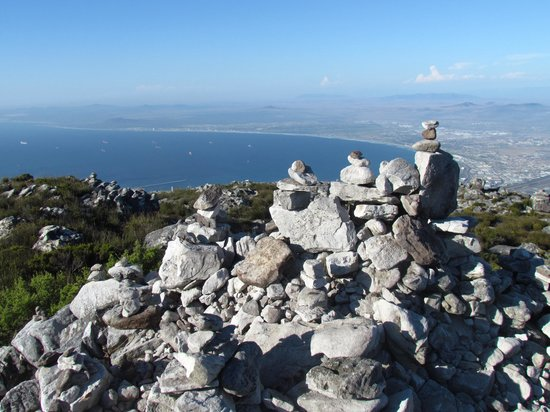 Montagne de la Table : Try your hand at rock balancing above the blue waters of Table Bay