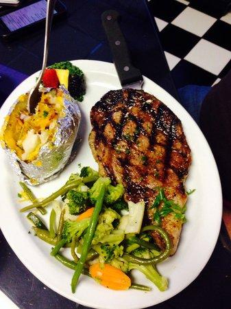 Ta Da's Cafe: Fabulous Ribeye and sautéed vegetables.